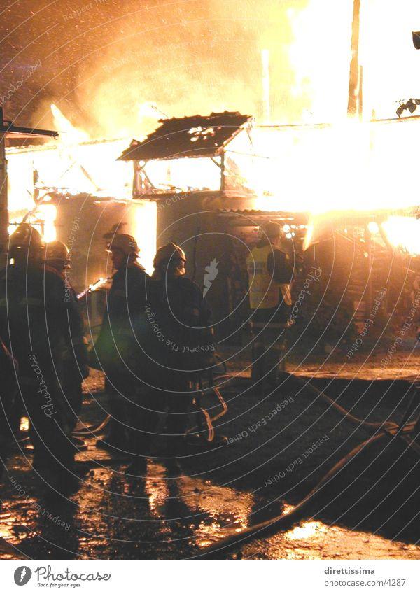 fire löschen Menschengruppe Brand Feuerwehr