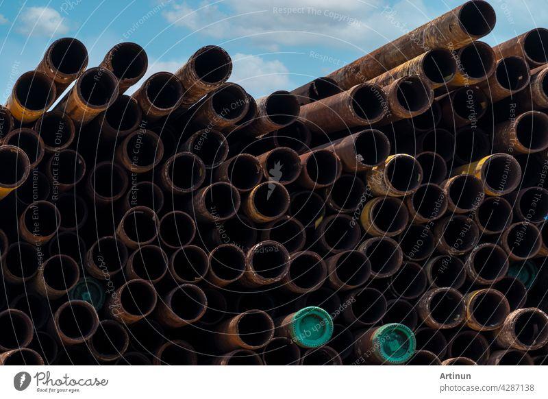 Stapel von alten rostigen runden Metall-Industrierohr. Stahlrohrstapel im Lager einer Fabrik. Industrielles Material. Metall Korrosion. Stapel von rostigen Rohr. Altes Eisenrohr im Lagerhaus. Metall-Rohr-Industrie.