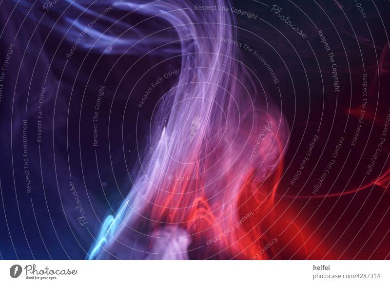 Rauch der im Studio erzeugt wurde vor dunklem Hintergrund in rot und blau gehalten Nebel Makroaufnahme Zigarettenrauch Nahaufnahme Qualm schwarz