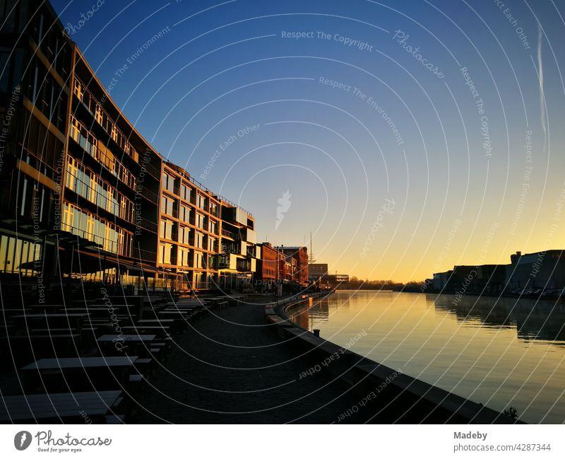 Abendstimmung am Kreativkai am alten Binnenhafen in Münster in Westfalen im Münsterland mit moderner Architektur im Licht der untergehenden Sonne Hafen Wasser