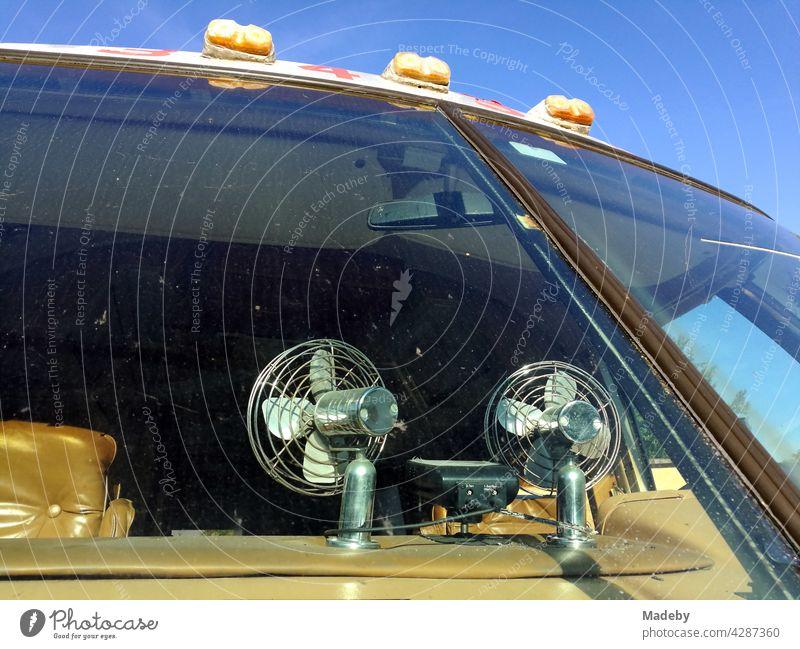 Ventilatoren auf dem Armaturenbrett eines klassishen amerikanischen Wohnmobil der Luxusklasse vor blauem Himmel bei Sonnenschein in Detmold in Ostwestfalen-Lippe