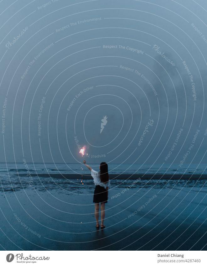 Bevor der Himmel dunkel wird Strand blau Blauer Himmel Stimmung Feuerwerk Nacht Abend Abenddämmerung Landschaft einsam Frau Kleid Küste Meer genießen langhaarig