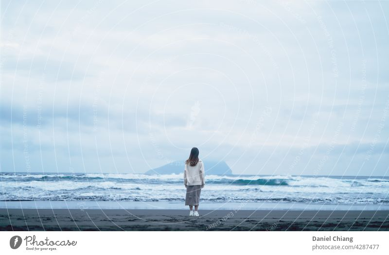 Ein Mädchen am Strand im Freien Leben Schönheit Ansicht Freizeit allein Wasser Person Horizont Meer Himmel Frau reisen Natur Lifestyle schön jung MEER