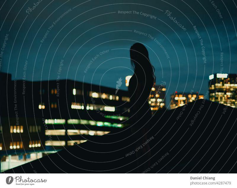 Mystery Girl mit Nacht Stadtansicht Nachthimmel Großstadt Stadtlicht Mädchen Kontrast Gegensätze Schatten Dach Top Draufsicht Blauer Himmel Stimmung