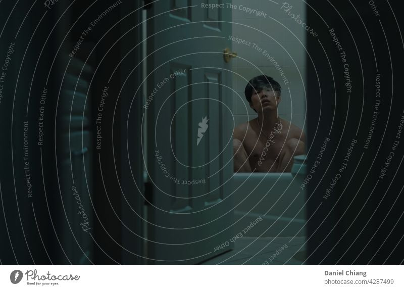 Guy Nackt In Die Badezimmer Mit Smoke Junge Typ nackt oben ohne dunkel Dunkelheit Kontrast grüner Hintergrund asiatisch Mann jung Jugendliche Erwachsene Mensch