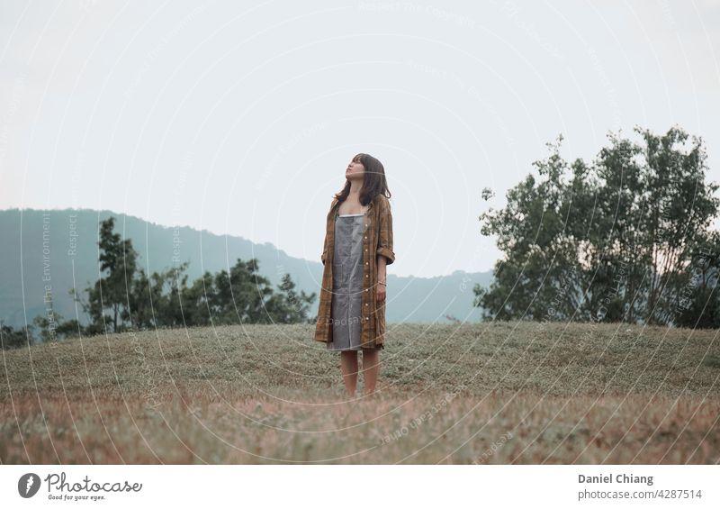 Mädchen Genießen Sie den Moment in der leeren Gras Land Wald eine Freude allein jung Teenager Frau Lifestyle Freizeit im Freien schön Stimmung Stehen Porträt