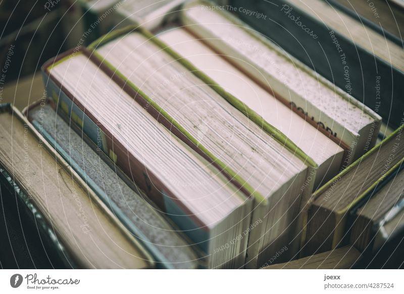 Bücher mit Patina alt Buch Draufsicht Stapel viele Lesen Lesestoff Literatur Wissen Bildung lernen Büchersammlung Sammlung Weisheit Wissenschaften Papier Roman