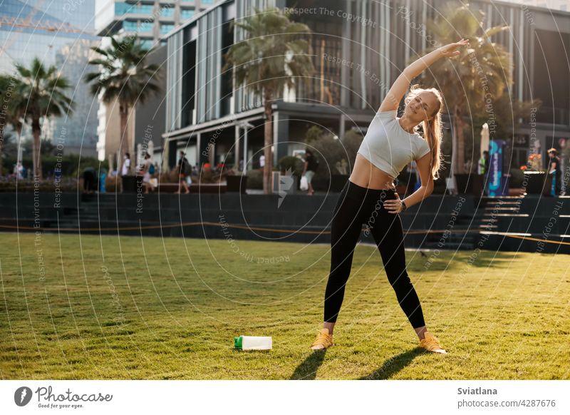 Eine junge Frau macht Yoga in Dubai. Sport, Fitness, gesunder Lebensstil. Platz für Text Körper Lifestyle Gesundheit Mädchen Übung passen Asana Pilates Training