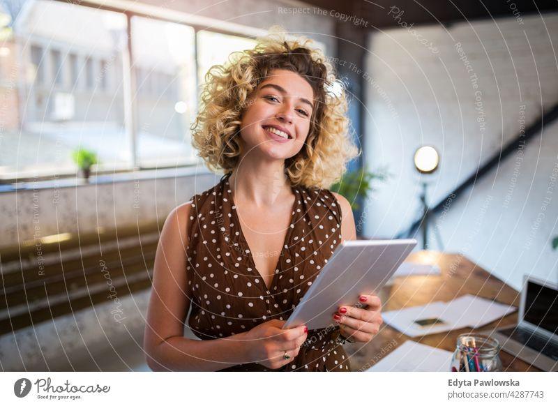 Porträt einer selbstbewussten kreativen Frau in ihrem Büro Business Geschäftsleute Geschäftsmann Menschen Geschäftsfrau Kaukasier im Innenbereich informell