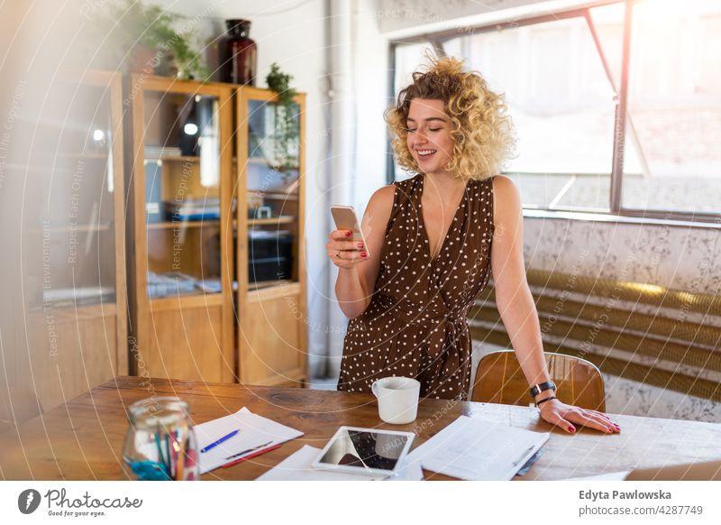 Aufnahme einer jungen Designerin bei der Arbeit in ihrem Büro Business Geschäftsleute Geschäftsmann Menschen Geschäftsfrau Kaukasier Frau im Innenbereich