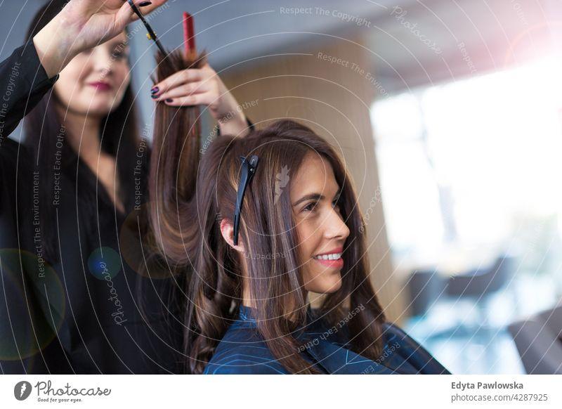 Friseur und Kunde im Friseursalon genießend Lifestyle jung Erwachsener Menschen lässig Kaukasier positiv sorgenfrei Glück Lächeln Frau attraktiv schön