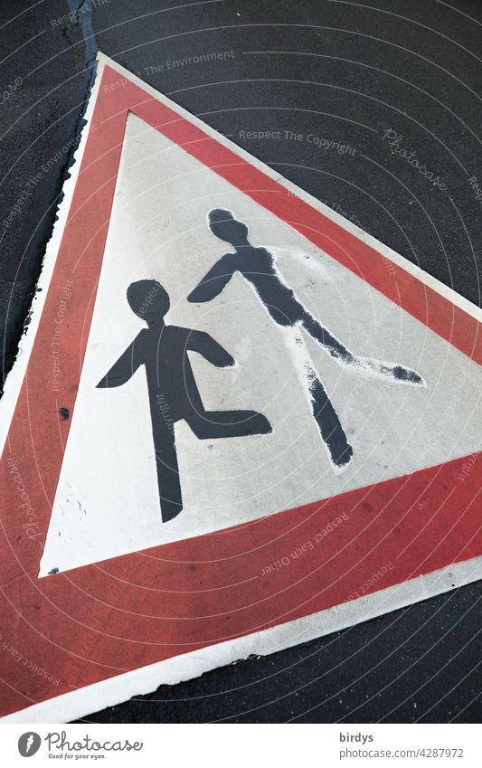 Vorsicht spielende Kinder. Verkehrszeichen 136 auf dem Straßenbelag. formatfüllend Spielen Verkehrssicherheit Asphalt Straßenverkehr Schutz verkehrsberuhigt