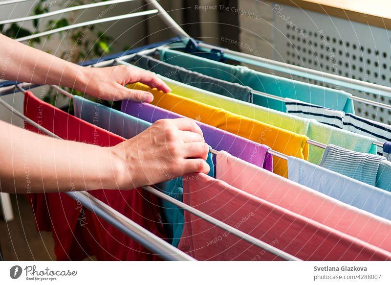 Wäschetag Regenbogenfarbene Kleidung hängt auf der Wäscheleine zum Trocknen im Haus Wäscherei Sauberkeit Haushalt Bekleidung Hausarbeit Baumwolle frisch