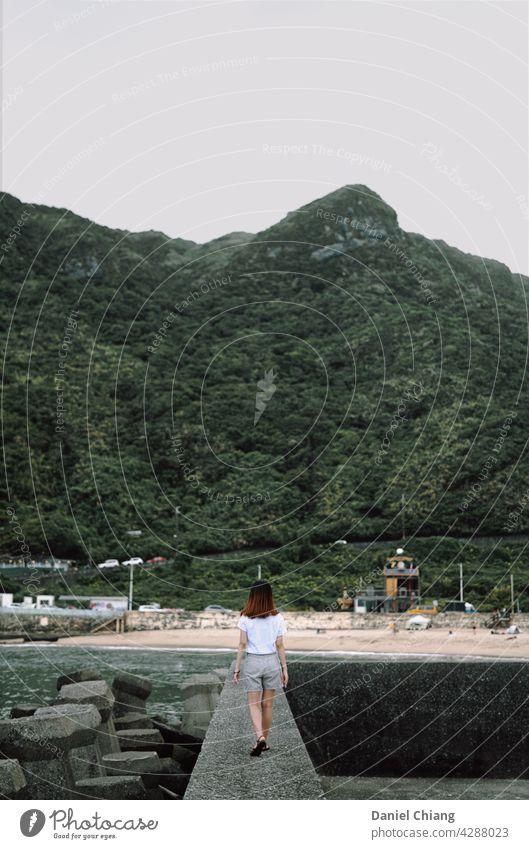 Mädchen wandernd auf der Küstenlinie Ausflug Frau feminin Weiblichkeit im Freien Außenaufnahme Landschaft Ferien & Urlaub & Reisen Natur schön Tourist jung