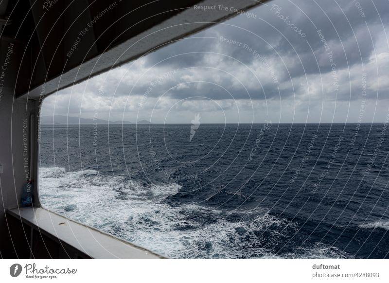 Blick aufs Meer durch Fenster im Schiff Mittelmeer Himmel Wasser Sommer Horizont blau Fähre Ferien & Urlaub & Reisen Küste Fernweh Perspektive Guckloch
