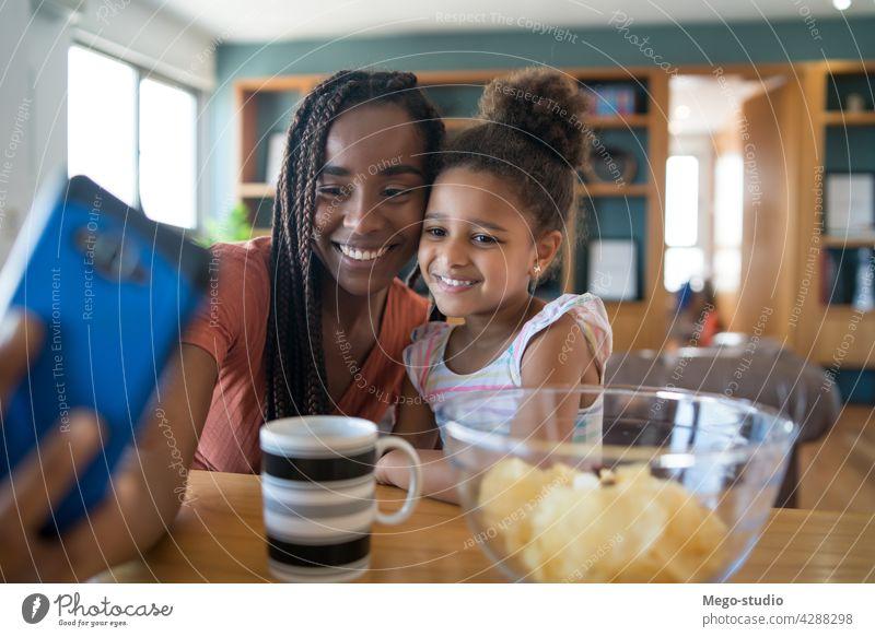 Mutter und Tochter nehmen Selfie mit Telefon. monoparentiell heimwärts Lifestyle Familie alleinerziehend im Innenbereich Handy Kindererziehung Partnerschaft