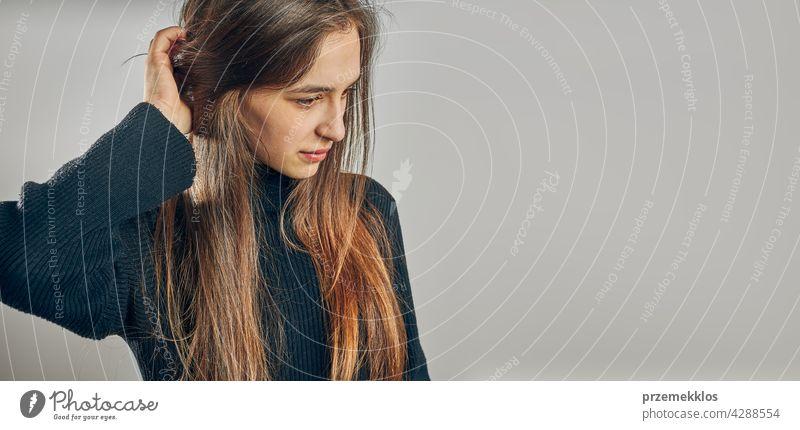 Porträt einer jungen Frau. Klassisches Porträt in positiver Stimmung, schönes Modell posiert im Studio über flachen Hintergrund Kopfschuss Person Teenager