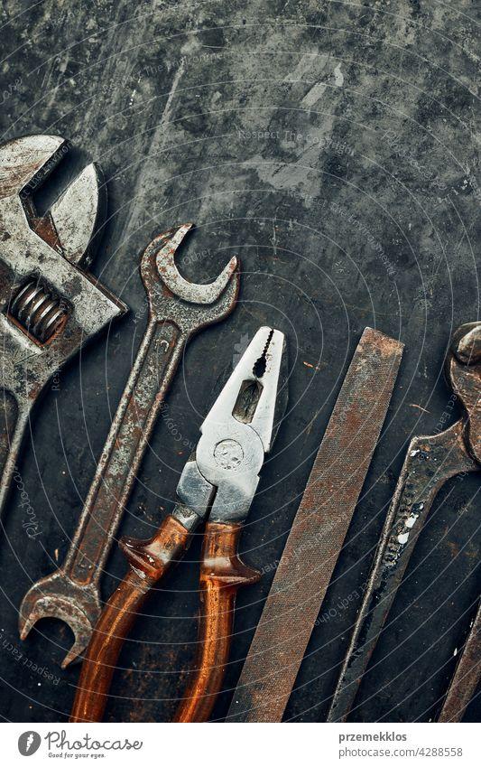 Alte Eisenwarenwerkzeuge. Schraubenschlüssel, Schraubendreher, Maß, Hammer, Zange auf Stahlfläche. Mechanikerwerkzeuge zur Wartung. Hardware-Werkzeuge zum Reparieren. Technischer Hintergrund