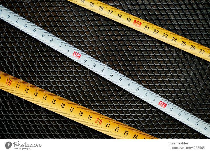 Bandmaß aus Stahl. Messwerkzeug auf Metalloberfläche. Technischer Hintergrund Hardware Werkzeug bügeln verwenden nützlich Werkstatt hart Verbesserung Reparatur