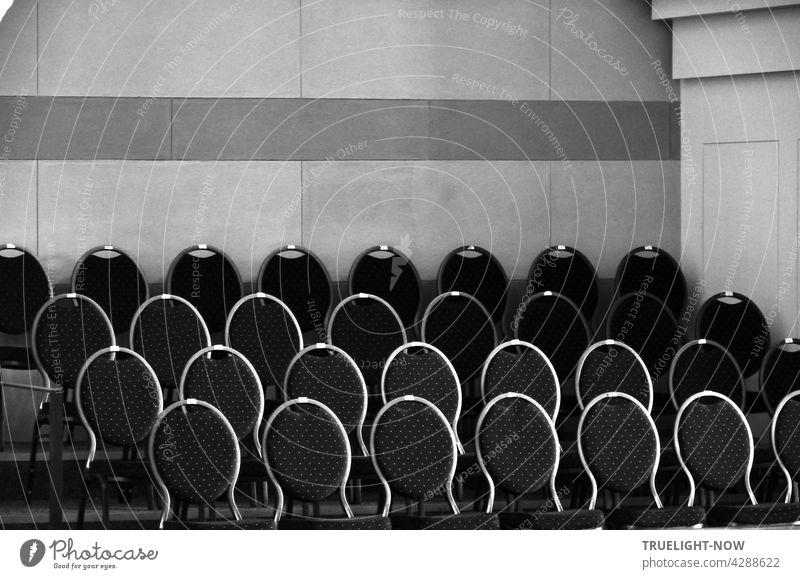 Im Chor Raum der Kirche St.Nikolai stehen eng und streng zusammen einige Stuhlreihen mit elegant geschwungenen und dunkel oval gepolsterten Stuhllehnen, deren runde Rahmen im von oben einfallenden Tageslicht hell aufleuchten