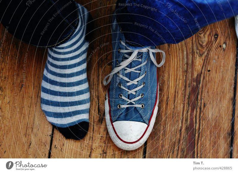 vergessen Lifestyle Mode Strümpfe Schuhe Turnschuh Zufriedenheit Chucks Farbfoto Innenaufnahme Tag Blick nach unten