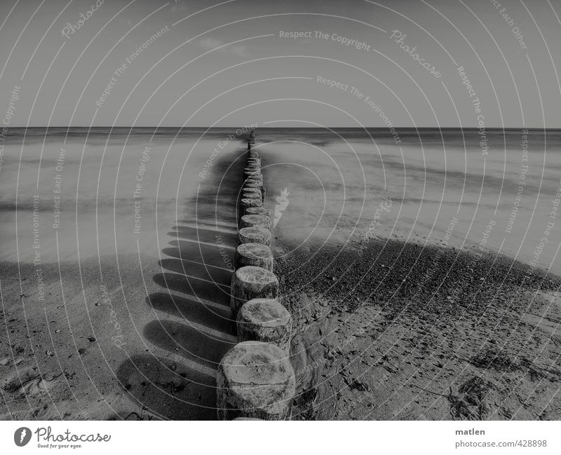 farblos Landschaft Sand Wasser Himmel Wolkenloser Himmel Horizont Wetter Schönes Wetter Wellen Küste Strand Ostsee schwarz weiß Buhnen Schattenspiel