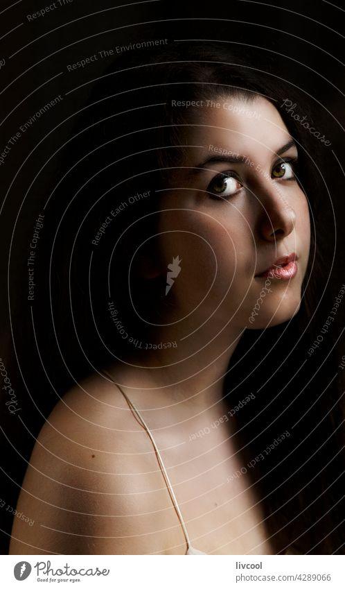 der durchdringende Blick eines jungen Mädchens im Teenageralter Model Verlockung Aussehen Schönheit attraktiv verführerisch begrenzt zu Hause hübsch