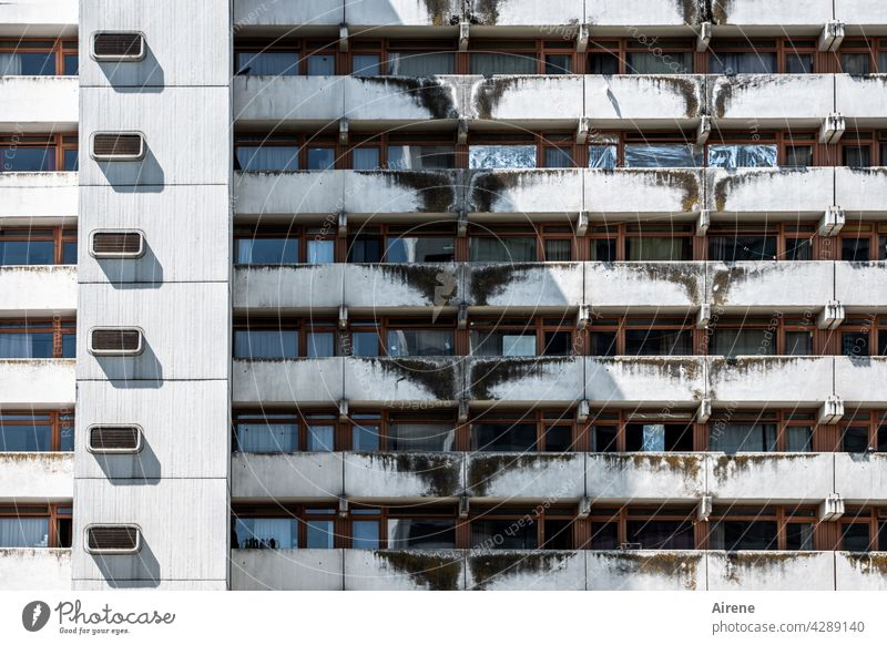 die dunkle Seite der Großstadt Hochhaus Schlafstadt Wohnblock Betonwand Fassade hässlich alt Armut Überleben urban trist Langeweile Mehrfamilienhaus