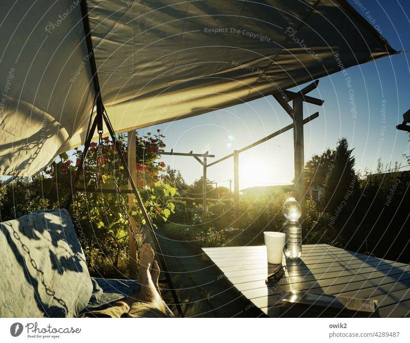 Füße hoch Garten Terrasse Erholung Gelassenheit genießen leuchten glänzend Gegenlicht Siesta Pause einladend Detailaufnahme Tag Licht Lichterscheinung