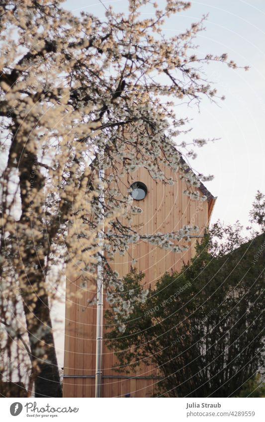 Ferienturm im Blütenmeer Ferien & Urlaub & Reisen Ferienhaus Turm Trafostation trafohaus rundes fenster Holz Holzvertäfelung Kirschblüten Baum strauch Dach