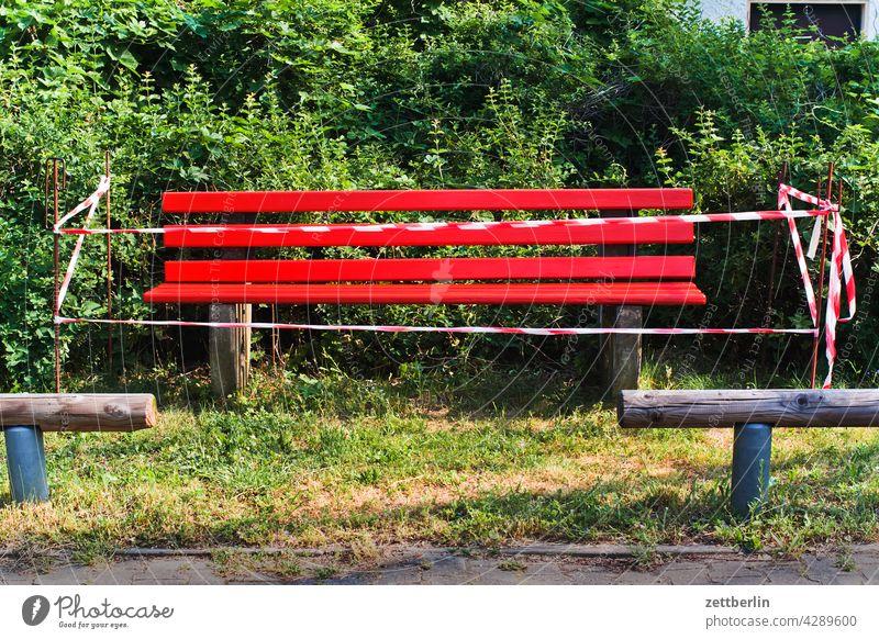 Bank im Sperrbezirk abgespannt bank flatterband frisch frisch gestrichen gesperrt neu park parkbank sitzbank sperre stadtpark verbot sperrbezirk tatort zaun