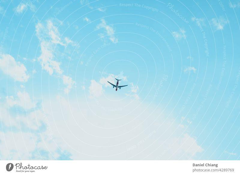 Blauer Himmel mit Flugzeug Wolken Farbe Transport Sonnenlicht Sommer Ebene im Freien Fliege reisen Flugzeughimmel Luftverkehr blau Fluggerät Air Flugplan Flügel