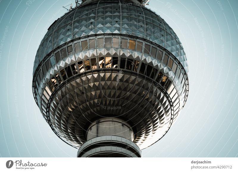Der einzigartige Tele Spargel in Berlin. Das obere  mittlere  Stück des Fernsehturm in seiner ganzen Pracht im blauer Himmel. Turm Architektur