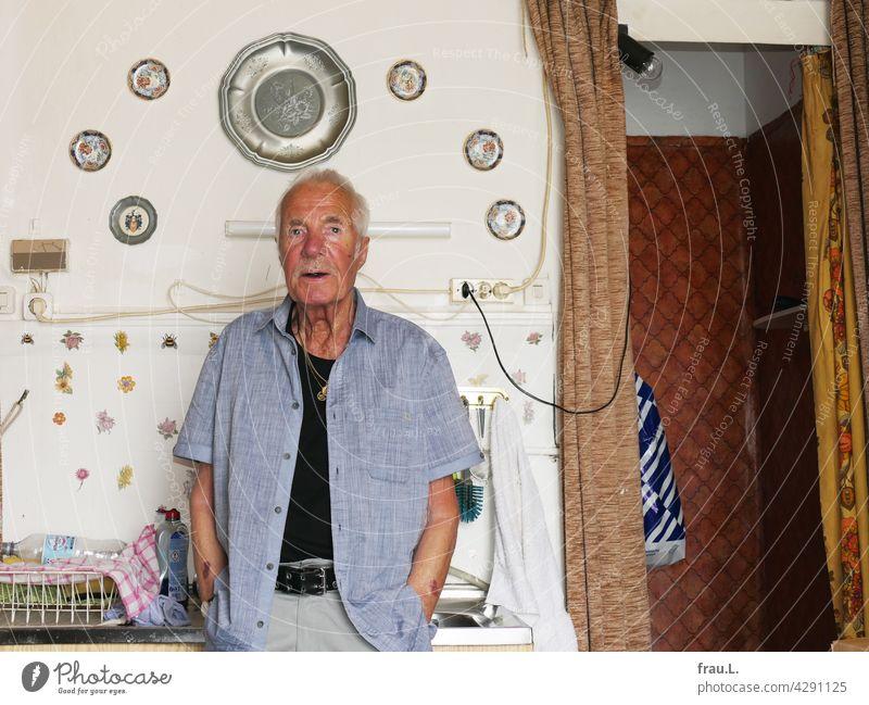 Heinz, seine Spüle und seine Duschecke Küche maskulin Selbstbewusst Schnurrbart Bart Kette Goldkette Porträt Gesicht Mann attraktiv Dekoration & Verzierung