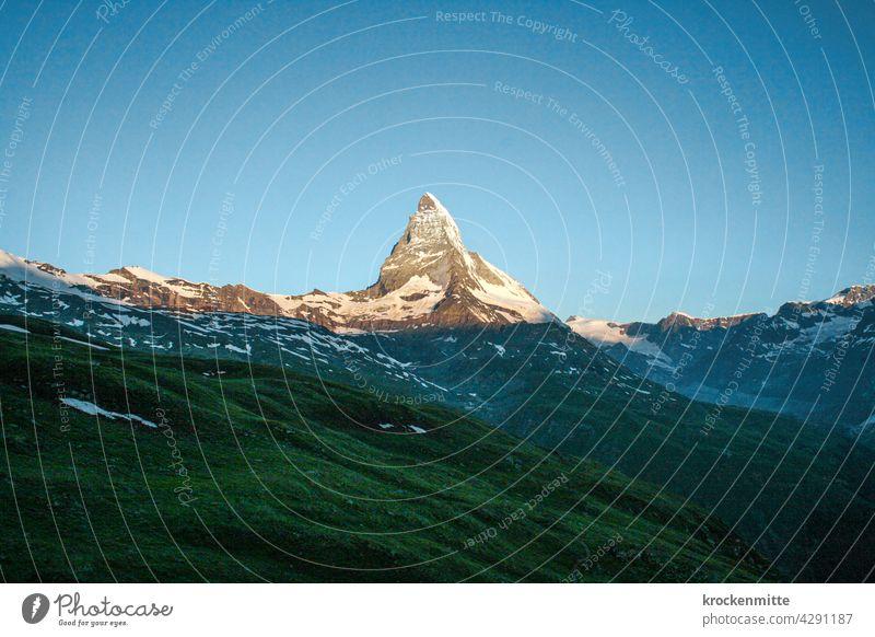 Tageserwachen beim Matterhorn in der Schweiz Berge u. Gebirge Gipfel Alpen Wahrzeichen wandern Farbfoto Tourismus Schneebedeckte Gipfel Außenaufnahme