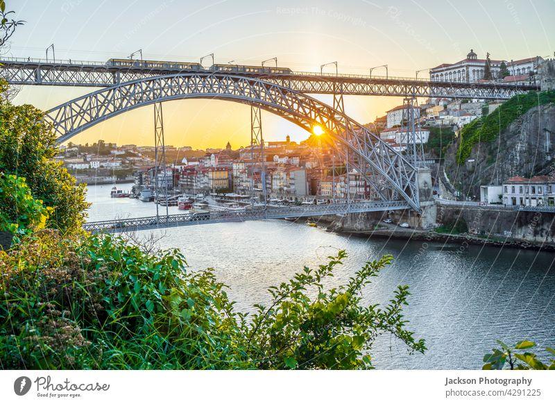 Stadtbild von Porto mit Douro-Fluss und berühmter Brücke bei Sonnenuntergang, Portugal Bogen dom luis malerisch Flussufer Luisenbrücke im Freien Hafengebiet