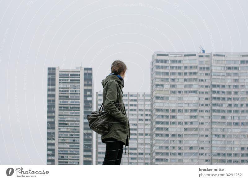 Paris – eine Frau schaut zu einem Wohnkomplex im 15. Arrondissement Europa Stadt Haus Architektur Außenaufnahme Gebäude quadrate Scheiben Wohngebiet Wohnung