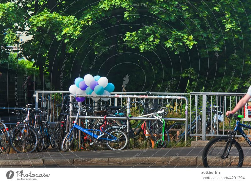 Luftballons Parkplatz abstellplatz fahrrad fahrradständer geländer individualverkehr nahverkehr stadt straße szene urban luftballon deko dekoration traube party