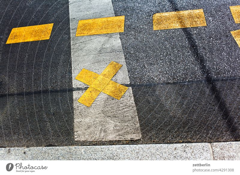 Fahrbahnmarkierung auf Asphalt abbiegen asphalt autobahn ecke fahrbahnmarkierung hinweis kante kurve linie links navi navigation orientierung pfeil radweg