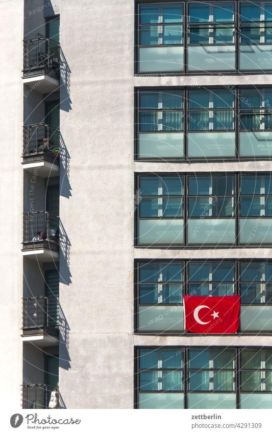 Türkische Fahne an einem Wohnblock menschenleer ruhe saison textfreiraum fahne nationalität hoheitszeichen patriotismus haus wand wind wehen haus wohnhaus