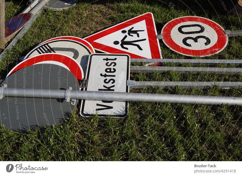 Auf dem Boden liegende Verkehrsschilder Verlehrszeichen Volksfest zone 30 Schilder & Markierungen Hinweisschild Schriftzeichen Zeichen Warnschild Wege & Pfade