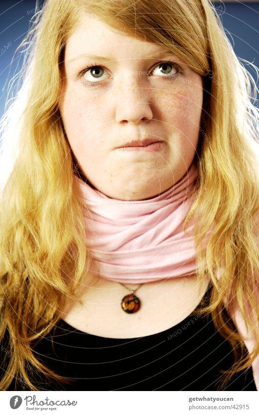 Heiligenschein Frau schön Blick Schal Denken unsicher Ernährung Gesicht Kopf Wegsehen Kette Hals Haare & Frisuren gold Lippen beißen