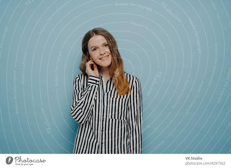 Teenager-Mädchen in weißem Hemd mit Streifen, die Schüchternheit ausdrücken Glück niedlich Frau Person natürlich Lifestyle Jugend lässig Erwachsener attraktiv
