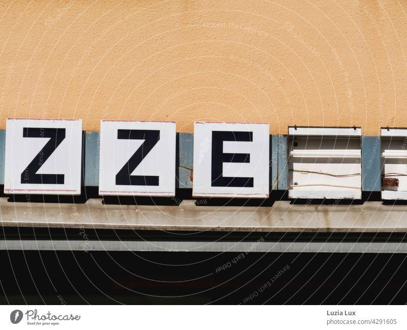ZZE... Buchstaben, Beleuchtung einer Pizzeria, die längst geschlossen ist Vorstadt Gaststätte Gastronomie Vergänglichkeit vergänglich vorbei trist Tristesse