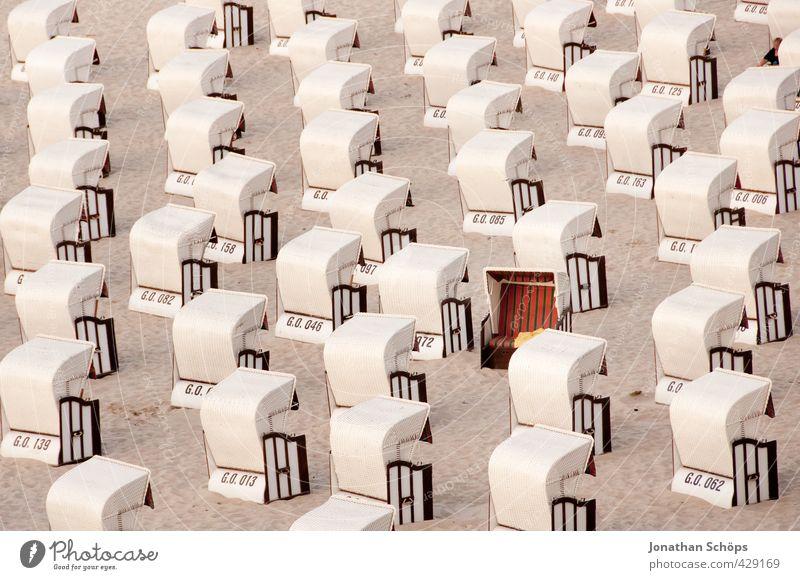 Strandkorbarmee III Ferien & Urlaub & Reisen Sommer Meer 1 Mensch Landschaft Ostsee außergewöhnlich einzigartig viele rot Strandspaziergang rechts leer