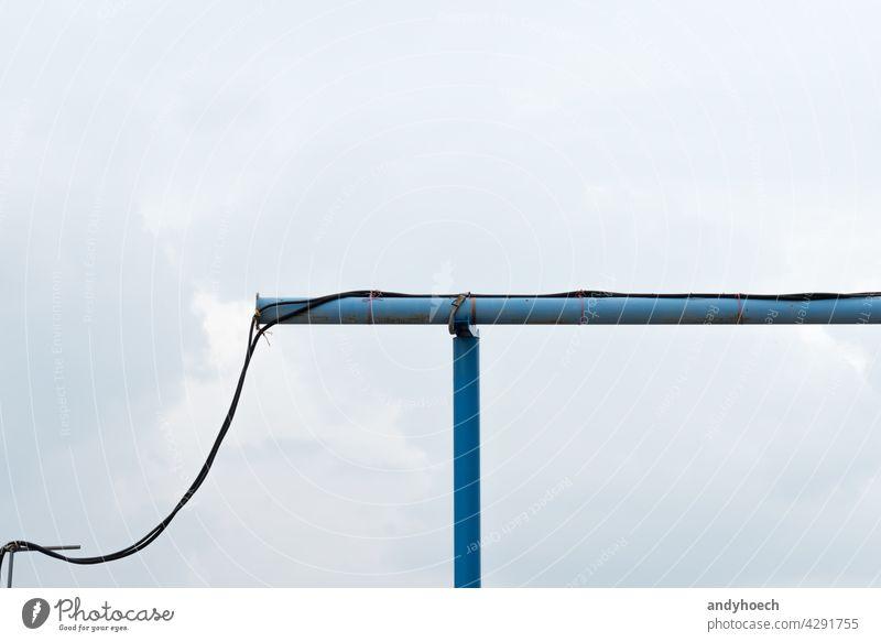Eine blaue Wasserleitung auf einer Baustelle Hintergrund Kabel Sauberkeit übersichtlich Cloud verbunden Anschluss Konstruktion Textfreiraum elektrisch