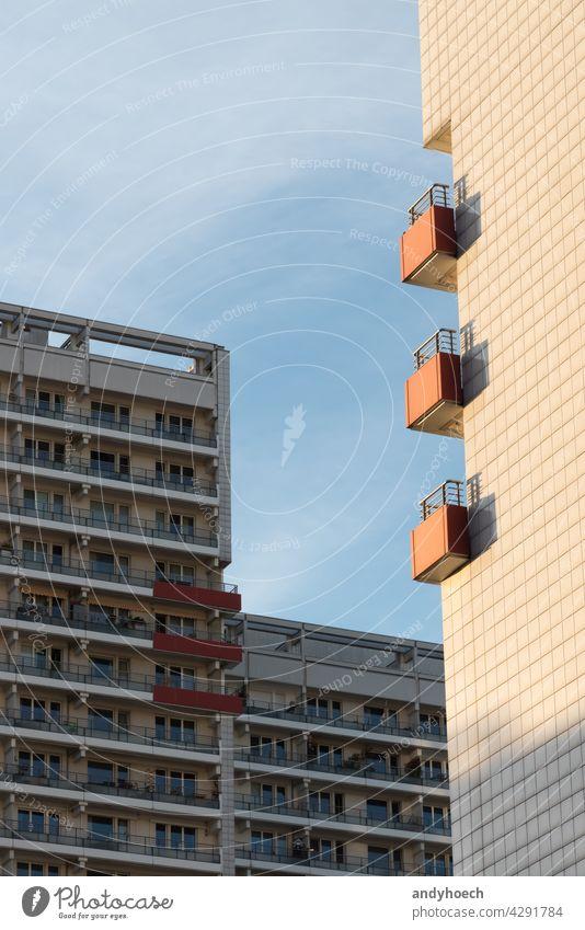 Drei Balkone auf der Sonnenseite eines Mehrfamilienhauses Anonymität Appartement Wohnhaus Appartements Architektur Pech Balkon nach Hause Glückseligkeit Klotz