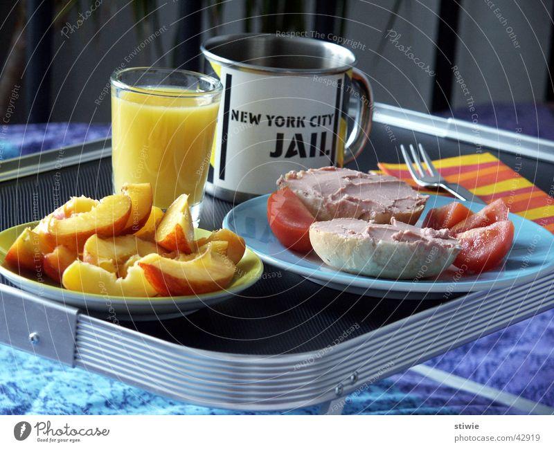 frühstück im bett Leberwurst Orangensaft Tablett Frühstück Brötchen Tasse Becher Bett aufwachen Ernährung Schlafzimmer Haushalt roll orange juice wake up tray
