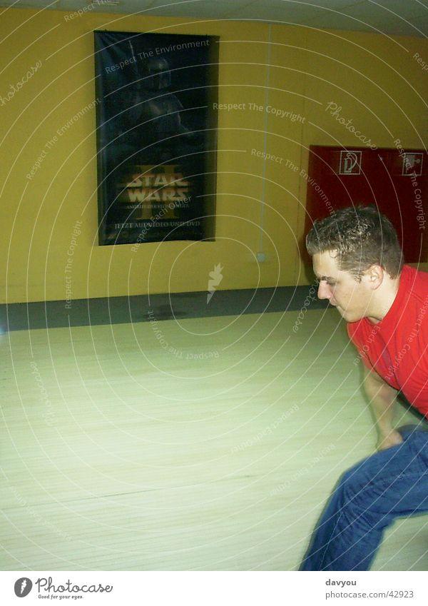 BowlingMan Mensch Jugendliche Mann Freude 18-30 Jahre Erwachsene Bewegung Spielen Freizeit & Hobby maskulin Geschwindigkeit Eisenbahn sportlich Kugel Sportler Rennbahn