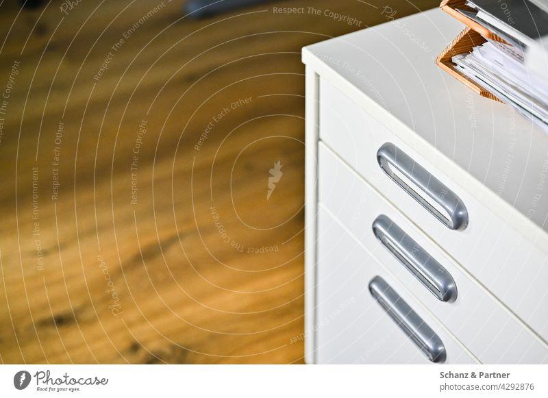 Rollcontainer mit Papierablagen Büro Holzboden Ablage Büroarbeit Homeoffice ordnen Ordnung Schubladen sortieren Möbel Scharank Papierkram